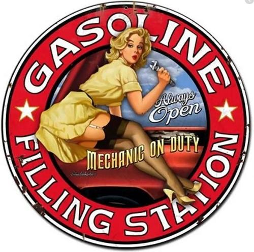 Gasoline Filling Station Pin Up.  Stalen wandbord 35,5 cm rond.