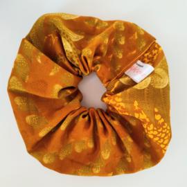Okergele scrunchie van Afrikaanse stof