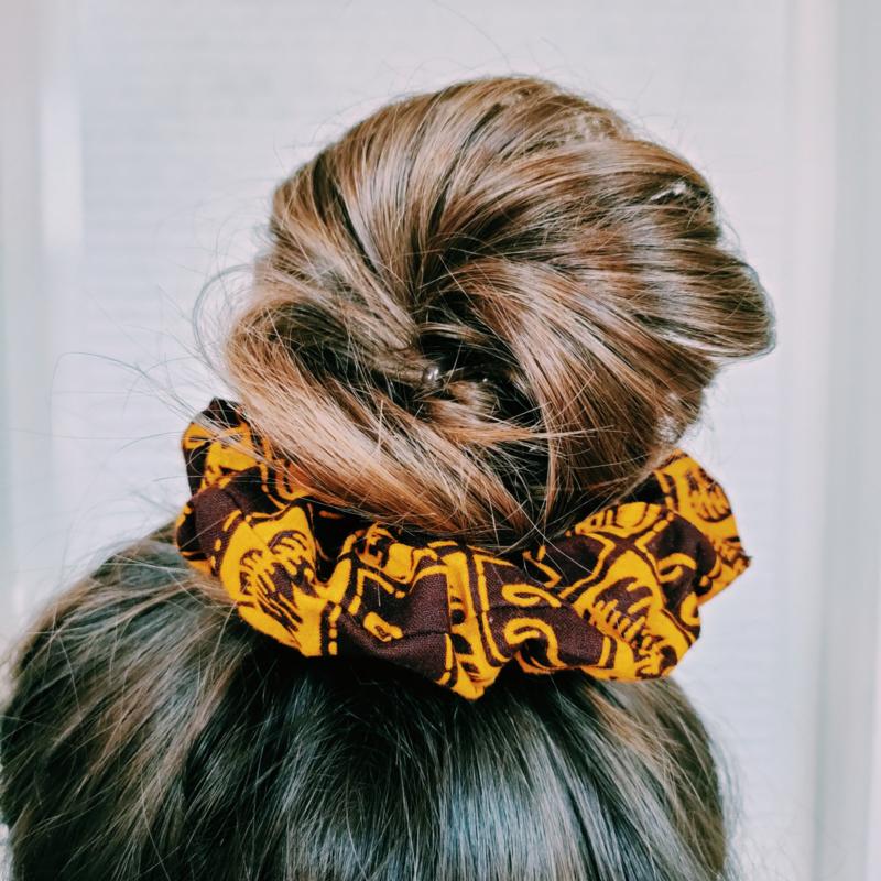 Geel/Bruine scrunchie van Afrikaanse stof
