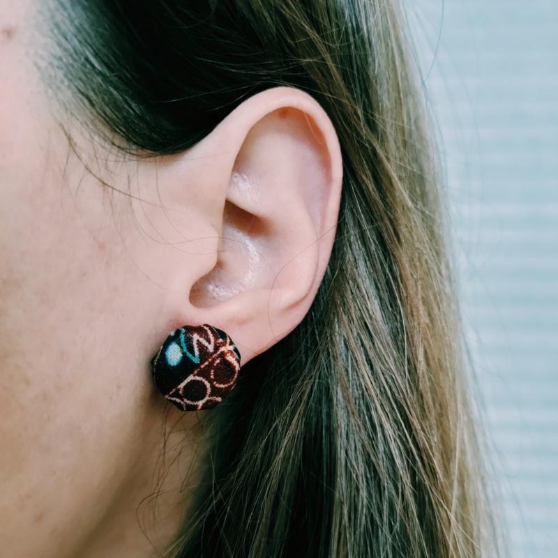 Grote bordeaux rode Afrikaanse oorbellen knopjes