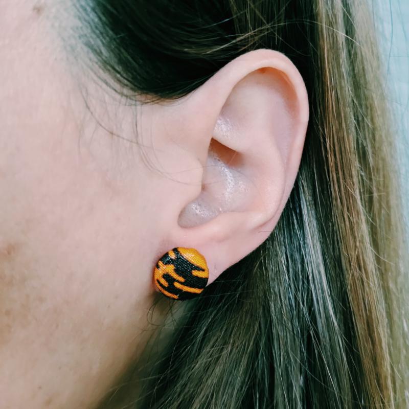Kleine bruin met geel Afrikaanse oorbellen knopjes