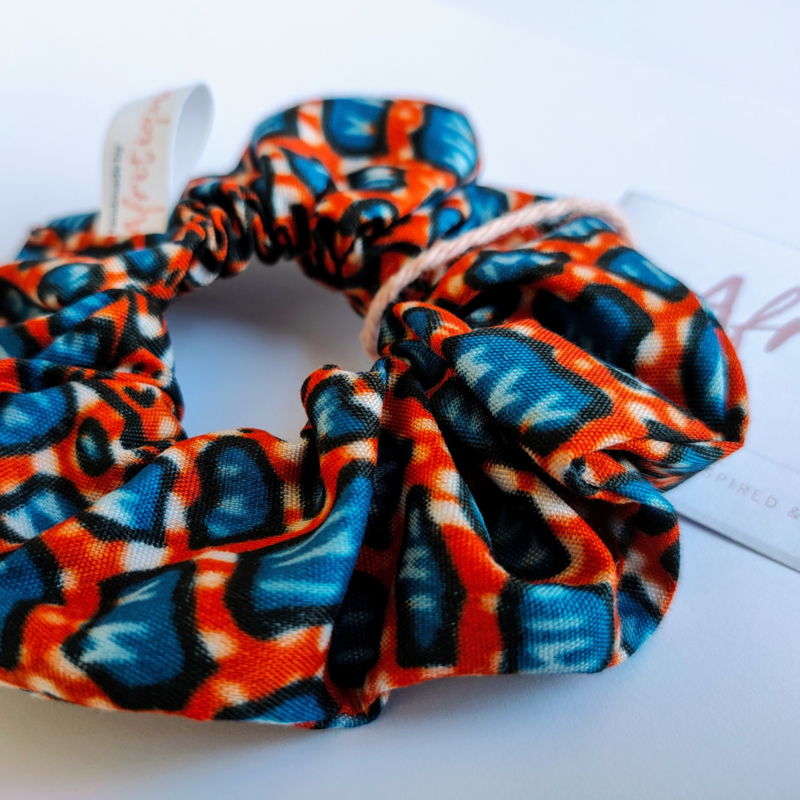Rood/Blauwe scrunchie van Afrikaanse stof