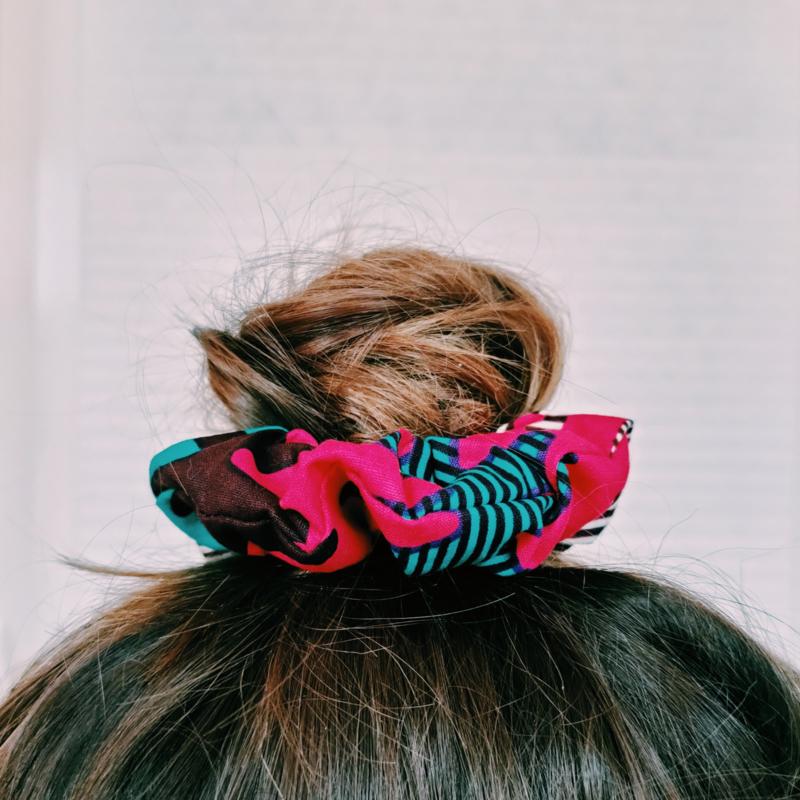 Groen/Roze scrunchie van Afrikaanse stof