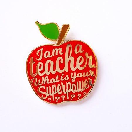 """Pin """"I am a teacher"""" rood"""