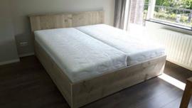 tweepersoons bed met breed hoofdbord