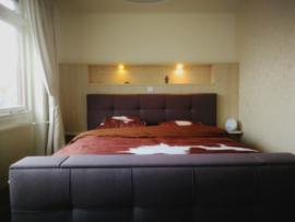 Bedden, achterwanden en nachtkastjes van steigerhout