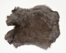 Konijnenvachten of konijnenhuiden in naturel donker.