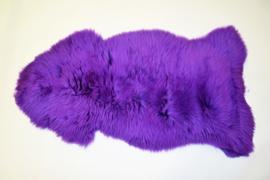 Gekleurde schapenvacht paars.