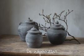 Kleine oude Chinese kruik met deksel (rechts)