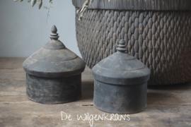 Oud houten Tika potje (rechts)