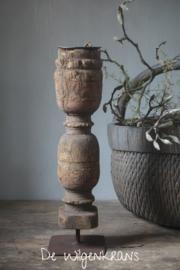 Oude houten ornament kandelaar een ijzeren voet