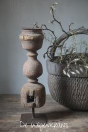 Oude houten ornament kandelaar