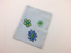 Lichtblauw met bloemen