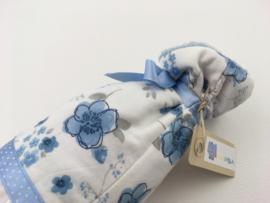 Lichtblauw wit met bloemen