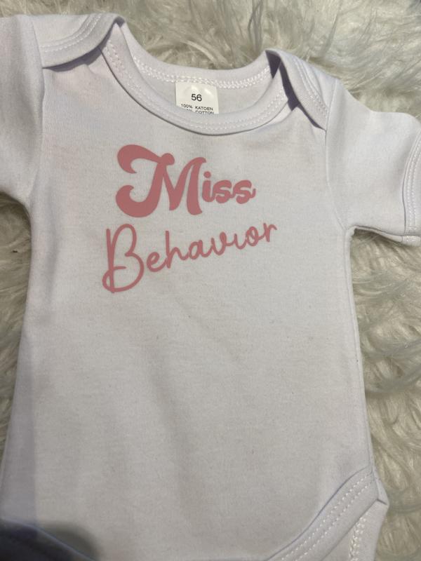 Rompertje wit, Miss Behavior (56 en 62)