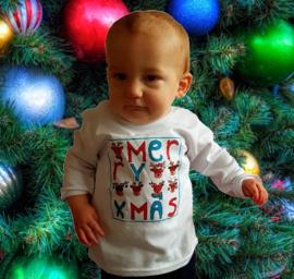 Janniek met kerstshirtje Merry Xmas
