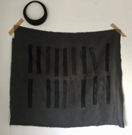 Wanddoek in grijs met zwarte opdracht van M I I N STUDIO