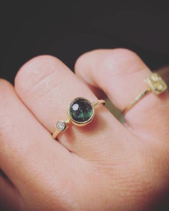 Gouden ring met groene toermalijn en diamant
