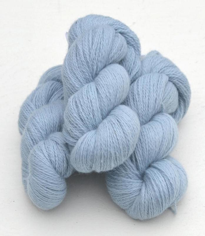 6/2-4121 Ljusblå på vit ull