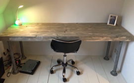 Bureau van steigerhout met steigerbuis