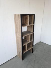 Boekenkast met stalen koker