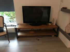 Tv-meubel met stalen poten, Balken