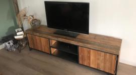 Industrieel stalen tv-meubel met houten inleg