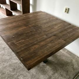 Vierkante tafel met stalen poot