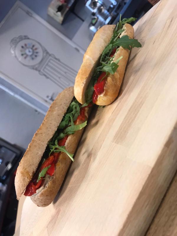 Veganistisch broodje met Lollo Rosso gegrilde paprika, rucola, truffelolie & pijnboompitten