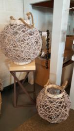tafeltje met ijzeren framen en houten blad