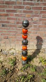 totempaal van keramiek bollen uit eigen atelier