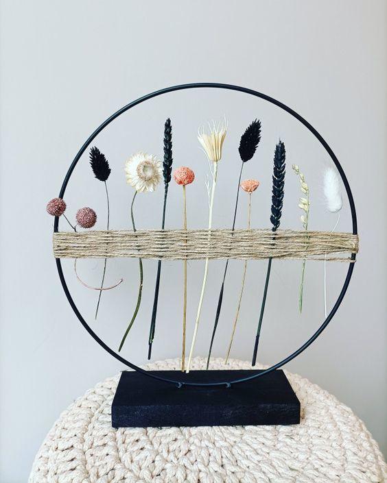 cirkel met droogbloemen op standaard