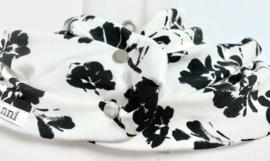Wit met zwarte bloemen