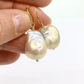 Barok parels oorbellen crème met gouden luster
