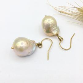 Barok parels oorbellen crème met gouden gloed