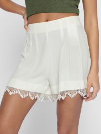JDY Short met kant cloud dancer