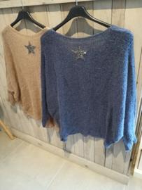 V trui met ster op rug blauw