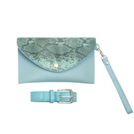 Heuptasje met slangenprint in lichtblauw