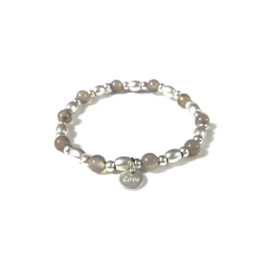 Armbandje met kralen in mat zilverkleur/lichttaupe | LOVE
