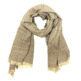 Zachte wintersjaal met fijn streepje in beige/grijs