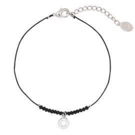 Armbandje met kraaltjes en hartje in zwart/zilverkleur