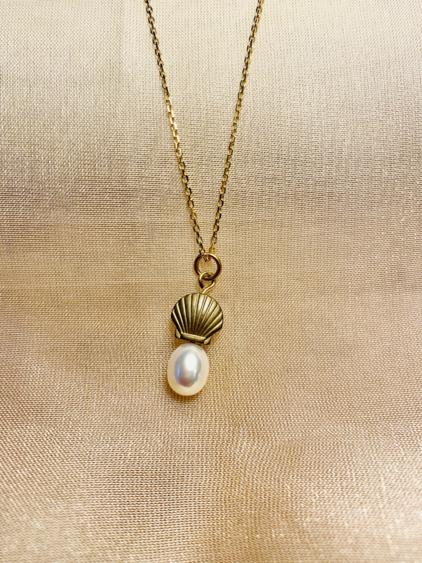 Venus and pearl necklace