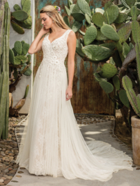 Sierra: Beautiful texture combination of Chantilly lace, delicate tulle and floral lace applications combined in a super feminine look. Price: € 1.595