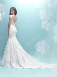 Charlotte:  lace mermaid dress with stunning back . Price: € 2.275