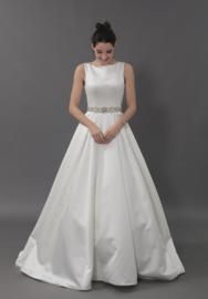Zoë: gesofisticeerde satijnen jurk met mooie riem en prachtige rug. Prijs: 1.170€