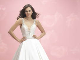 Demi: Sparkling beads embroidery on an endless satin skirt results in a very stylish dress even with the sexy décolleté and back. Price: € 1.595