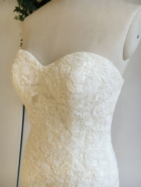 Monique will make you shine: beautiful lace delicately decorated with sequins. Stunning short train. Price: € 1.095