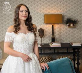 Isa: Off shoulder jurk met sweetheart decolleté van kant en steentjes. Kantapplicaties lopen door op de volle tule rok met een onderlaag van kant. Prijs: € 975