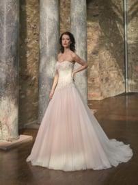 Nikki: trouwjurk van roze tule met borduursels op het hartvormige lijfje . Prachtig versierd met kralen. Prijs: € 1.395