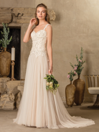Tierra: 2 looks in 1 wedding dress because of the detachable shoulder straps. Stretch chiffon guarantees optimal comfort during your big day. Price: € 1.675